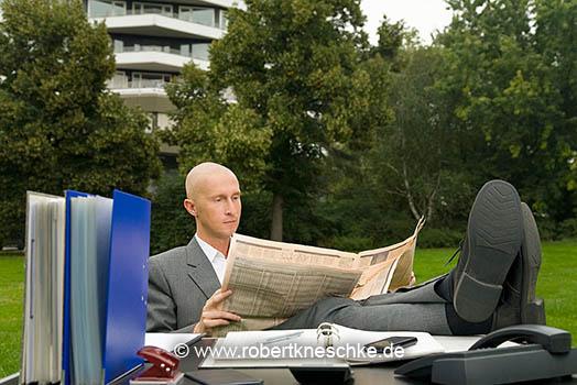 Wirtschaftszeitung lesen