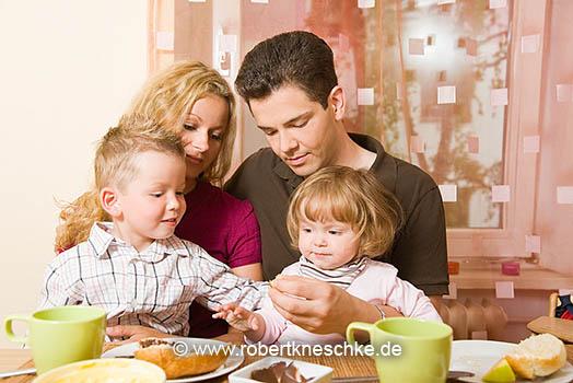 Familie beim Frühstücken