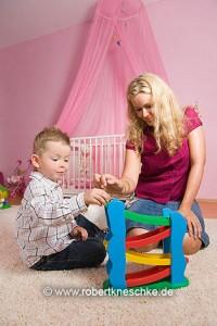 Mutter spielt mit Sohn