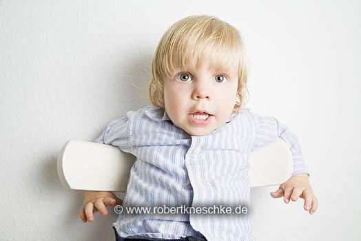 Kind auf Stuhl
