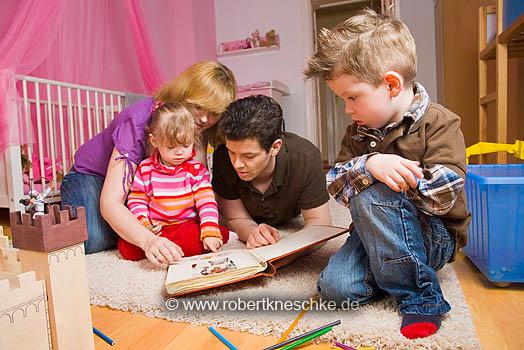 Familie schaut Fotoalbum an