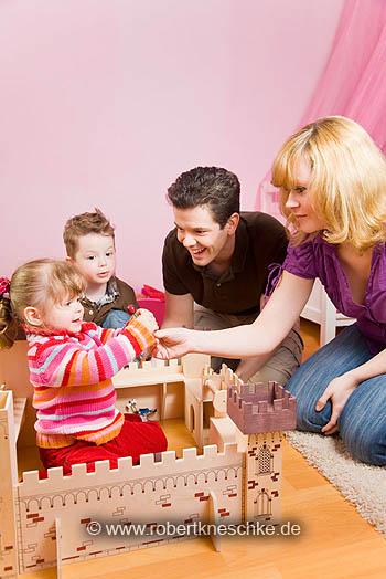 Familie mit Ritterburg