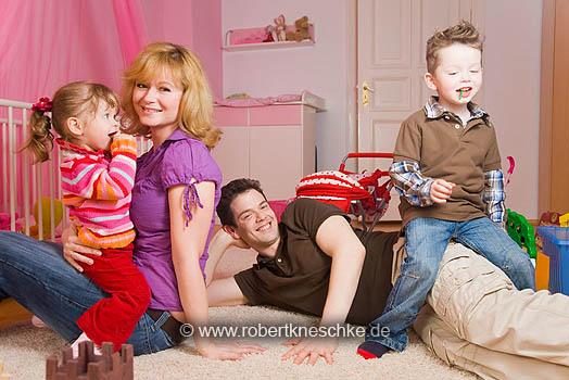 Spielende Familie