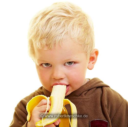 Kind isst Banane
