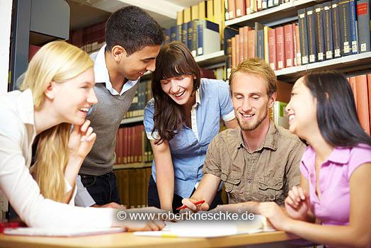 Lerngruppe im Archiv
