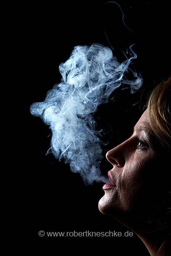 Raucherin mit Qualm