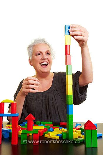 Seniorin baut hohen Turm