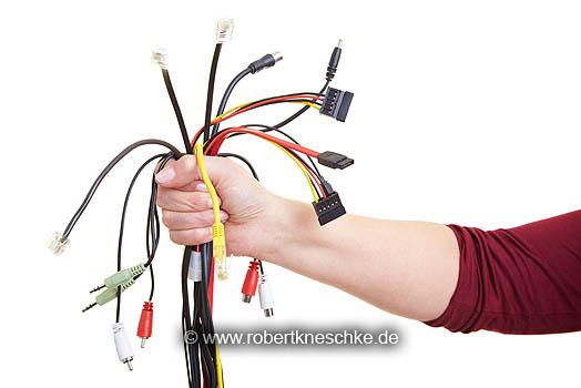Viele Kabel in Hand