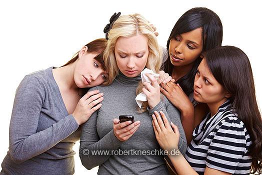 Frauen trösten weinende Freundin