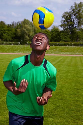 Fußballer macht Kopfball