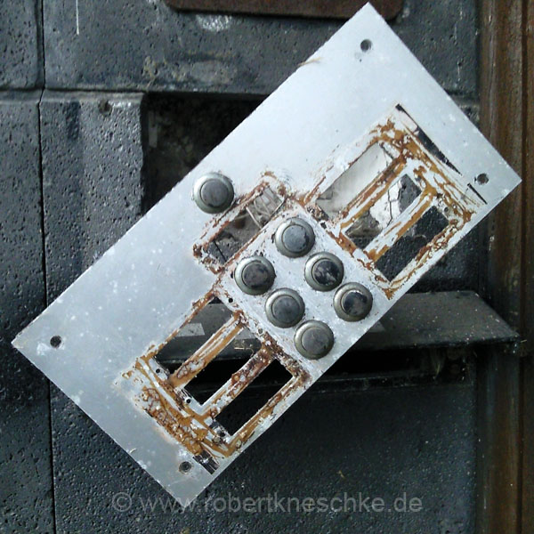 Defektes Klingelschild in Köln