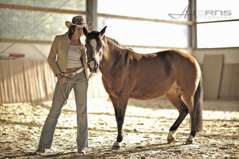 Kirstin mit Pferd (Foto: www.ajorns.com)