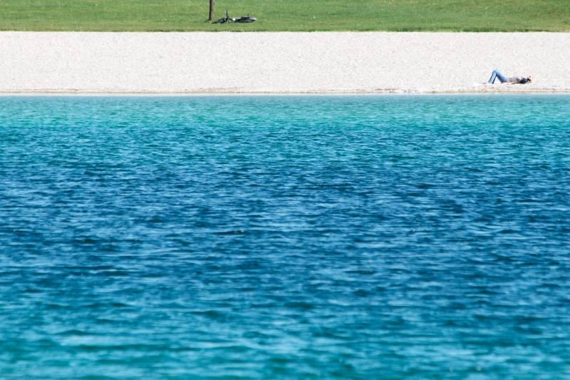 See mit Strand und Wiese