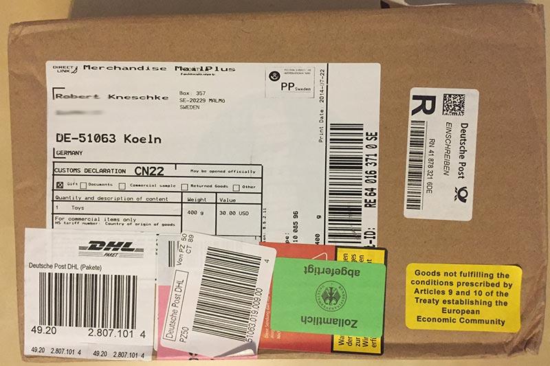 Ein typisches Kickstarter-Paket, nachdem der deutsche Zoll damit fertig ist.