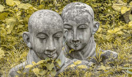 Statue_von_Mo_nch_im_Gras_gelb_Myanmar_Burma