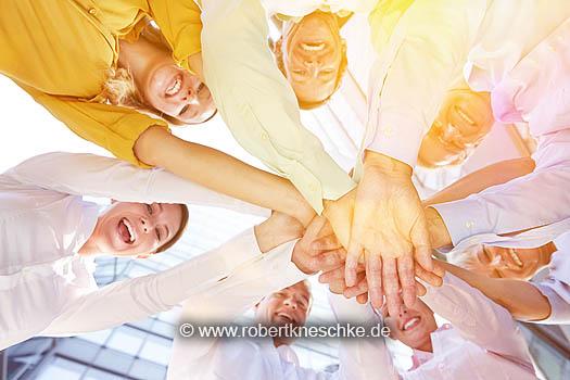 Gruppe Geschäftsleute im Kreis stapelt die Hände zur Motivation