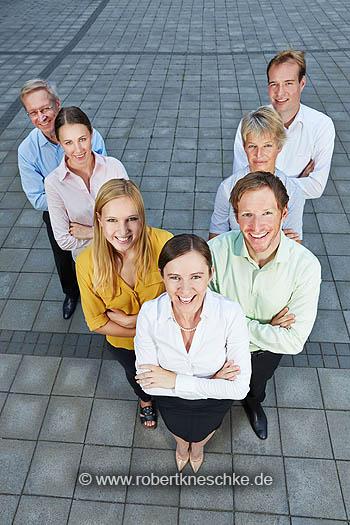 Geschäftsleute stehen als dynamisches Team in einer Formation