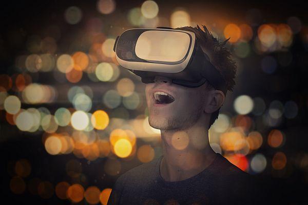 Ein extra für Fotolia erstelltes Compositing: Mein Kumpel Matthieu mit Virtual Reality Brille, im Hintergrund die Skyline von Los Angeles.